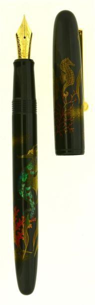 NAMIKI Hippocampe, stylo plume en série limitée à 300 pièces (n° 35) sortie en 2003. Laque urushi avec décor maki-é en togidashi et raden pour la nacre. L'hippocampe est associé à l'embryon humain est… - Artcurial - 06/12/2014