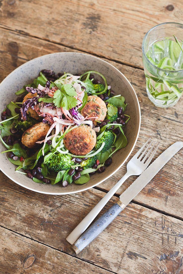 Als je wel eens bij SLA in Amsterdam bent geweest, weet je wat voor lekkere salades zij maken. Onze favoriet is de salade van babyspinazie met Thaise zoete aardappelburgertjes. En aangezien er nu een SLA kookboek is, weten we nu hoe we deze zelf kunnen maken! Dit recept is absoluut niet moeilijk, maar vergt wel wat tijd. …