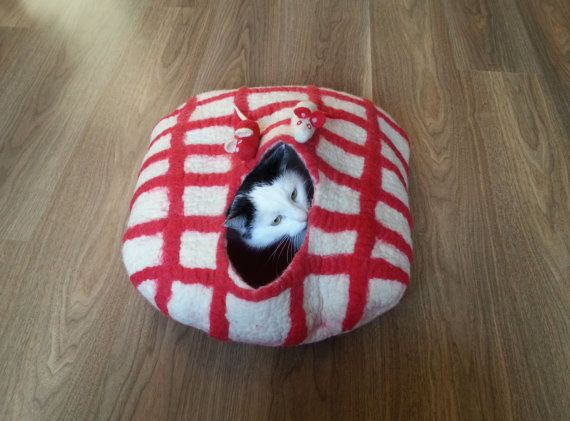 Checkered bed with 2 mouses - cat bed, cat house, cat cave felted, pet bed, bed with toys, wool cat house, bed felted