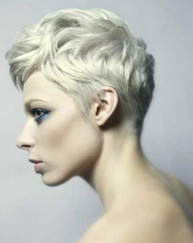 Veel korte pixies met licht blonde, platina blonde, zilveren en witte tinten - Kapsels voor haar