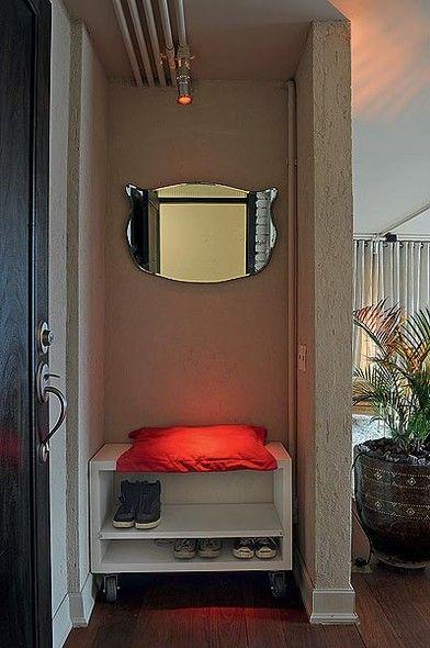 O arquiteto Vitor Penha colocou um nicho no hall de entrada para deixar os sapatos -  Curti a ideia amor!