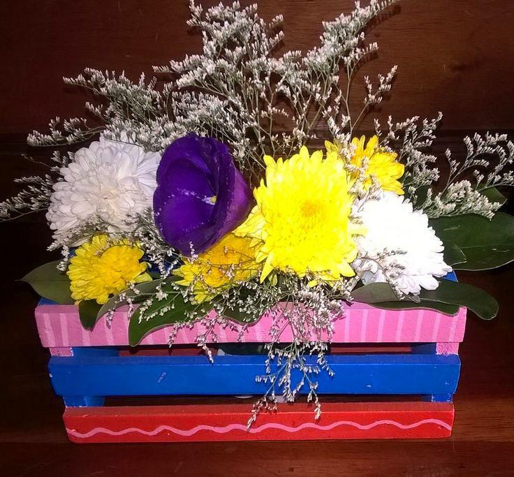 Arreglo floral en cajón de madera