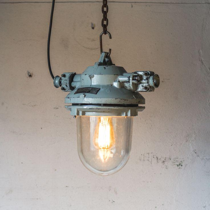 Industriële fabrieks bulley Deze vintage lamp komt uit het voormalige Tsjecho-Slowakije, de lamp is afkomstig uit een oude chemische fabriek. door de bulley straalt deze lamp op een hele mooie manier licht uit. De lamp is daarom explosievrij. De lamp is tijdens het restaureren met veel liefde behandelt, de lamp is voorzien van een originele porseleinen E27 fitting. Bij de lamp zit 2 meter snoer. De lamp is dus klaar voor gebruik. Tip: In plaats van een standaard lamp een kooldraad erin doen…