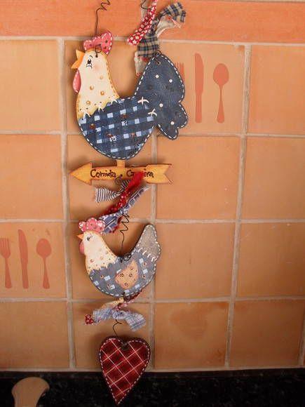 Móbile em mdf contendo um galo, uma seta, uma galinha e um coração country.  Complete a decoração com o trio de galinhas (produto  10E436) .Sua cozinha vai ficar mais charmosa.