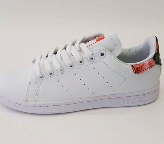 Αποκτήστε τα γυναικεία αθλητικά παπούτσια Adidas Stan Smith Floral στο p-shoes.gr. Με διαχρονική εμφάνιση και καταξιωμένη ποιότητα