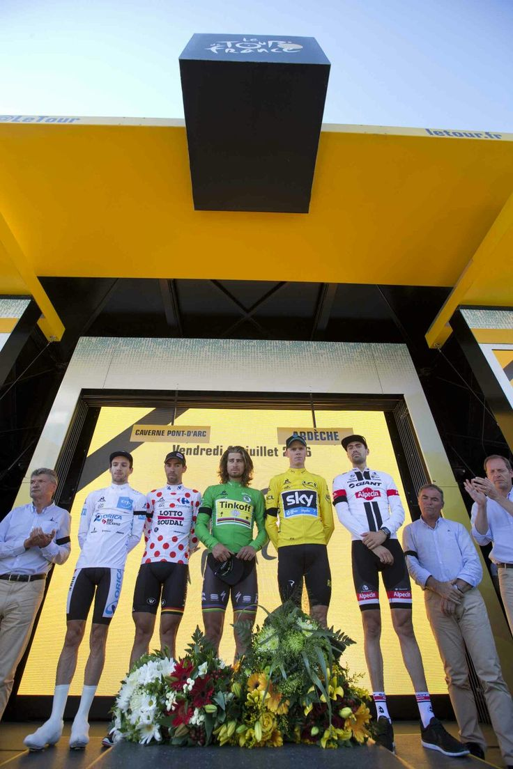 2016 15/7 rit 13 Vallon-Pont-d'Arc/La Caverne du Pont-d'Arc > Adam Yates (best young rider's white jersey), Thomas de Gendt (best climber's dotted jerse), Peter Sagan (best sprinter's green jersey), Christopher Froome (overall leader's yellow jersey), and the stage winner Tom Dumoulin lay flowers after observing a minute's silence for the victims of the Nice truck attack