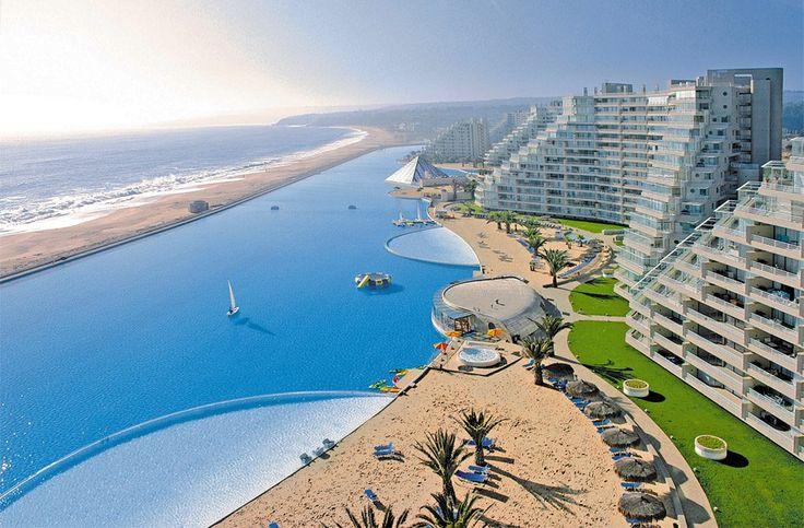 En San Alfonzo del Mar hay la piscina más grande del mundo. En el más reciente viaje a Chile no podían ir a la piscina porque es privada. Quizás el proximo año voy a ser capaz de verla. Se encuentra a 1 km de largo, que abarca 20 acres y contiene 250 millones de litros de agua. ¡Es enorme!