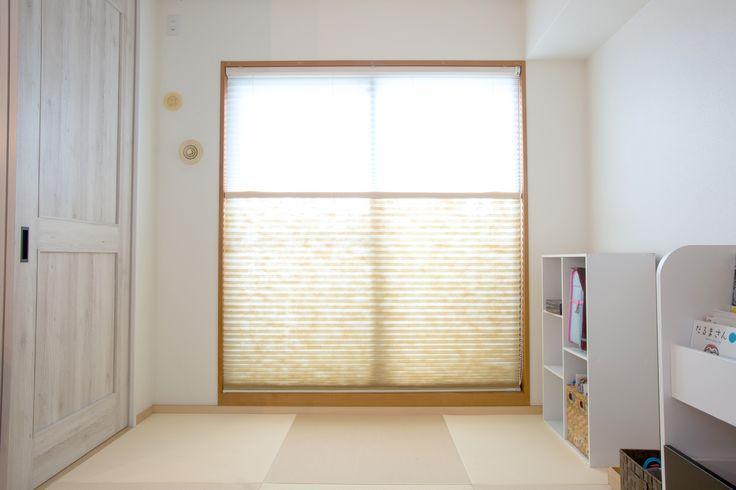 プリーツスクリーンによって柔らかな光が射し込む和室は居心地の良いやさしい空間になっています。 #マンションリノベ #マンションリフォーム #中古マンション #マンション購入 #リノベーション #和室 #和室用ブラインド #縁なし畳 #グレーの建具 #カラーボックス #市松模様 #畳 #白い壁 #掃出しサッシ #カーテン #モダンインテリア #ラビングホーム #家づくりの参考 #所沢で家を買う #中野区 #山口企画設 #施工事例 #所沢 #ロールスクリーン #ラインドレープ #オフホワイト