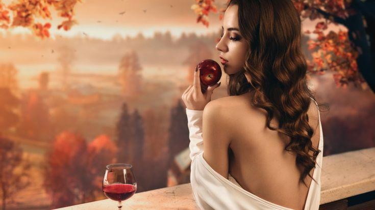 Фото с девушкой с яблоком, стоящей спиной #картинки#фото#девушка#спиной#со_спины#яблоко#на_балконе#бокал_вина#вечер