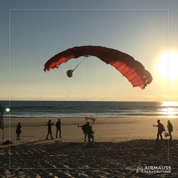 Quoi de mieux qu'un atterrissage en douceur sur la plage au coucher du soleil ? C'est possible à Montalivet tout l'été !   Réservez votre saut en parachute en tandem : https://air-mauss.com/fr/ou-sauter/8-bordeaux-montalivet.html