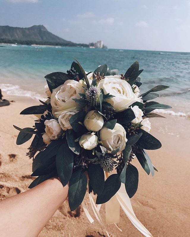 去年の今頃は新婚旅行と式準備👰🏽 今年は新居に引っ越し準備🏠  撮影用ブーケは日本からオーダーメイドの ブリザードフラワー💐永久保存。 #hawaii#wedding#honeymoon #marryxoxo#プラコレ#ハナコレ #夫婦仲良し#奈良から出れない笑