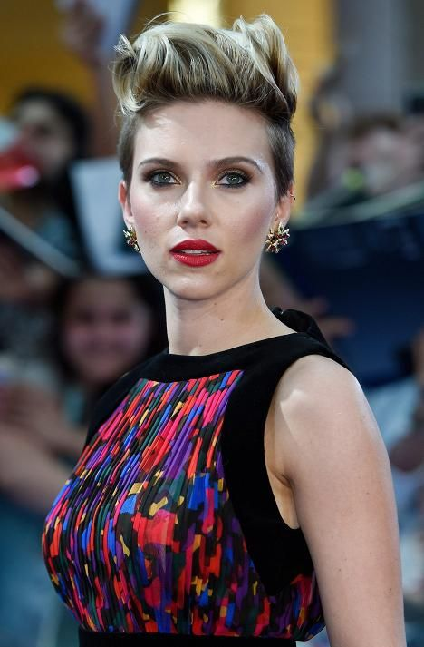 Scarlett Johanssonilla on tätä nykyä lyhyet hiukset.