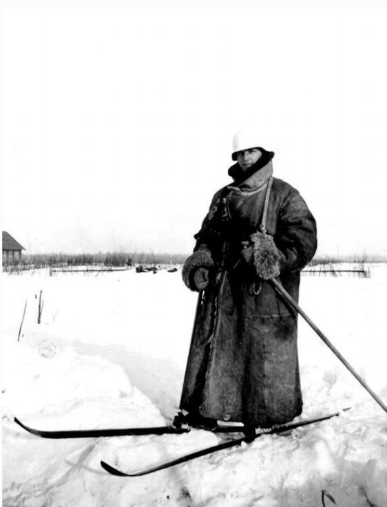 Fast In German >> Moscow Front, Dec 1941: German on skis. Note the super heavyweight fur coat that protects but ...