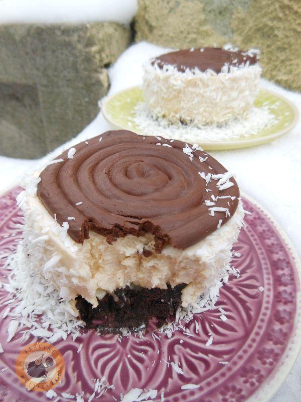 A tökéletes Bounty-élmény minitortában: egy vékony lap brownie, pillekönnyű kókuszmousse , amelyet a Mandulasarokról , Noémitől köl...