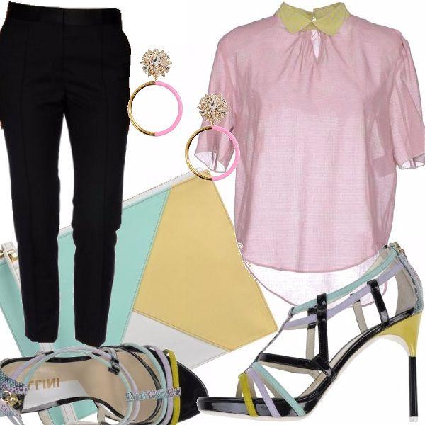 Pantalone elegante stretto, camicetta trasparente con colletto a contrasto e maniche corte, sandali con tacco alto, borsa a mano in pelle a blocchi di colore, orecchini con pendente e strass.