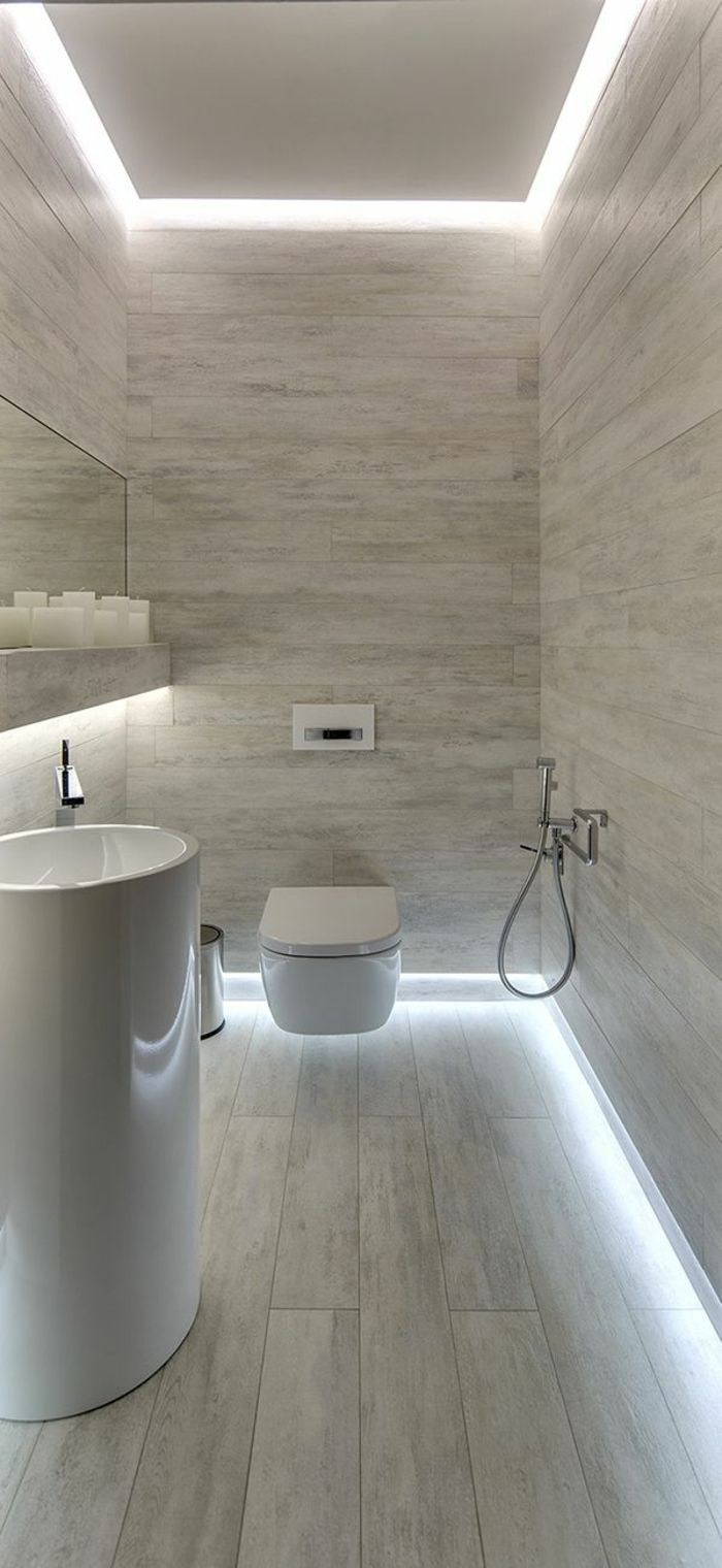 jolie salle de bain avec mur en marbre gris blanc