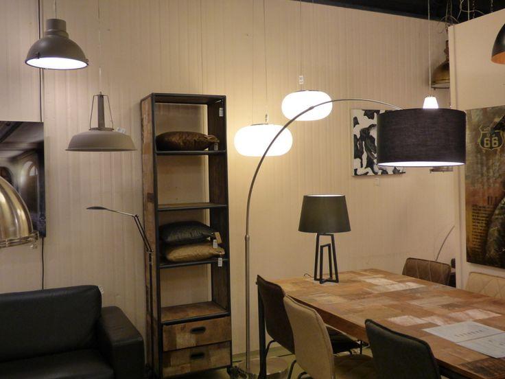 Foto's Showroom winkel . Klik op de link hier om op onze webwinkel te komen ( www.rietveldlicht.nl ) .Vloerlamp booglamp voor boven de eettafel of salontafel. Huisdecoratie interieur verlichting voor woonkamer eettafel keuken slaapkamer winkel . Ook Moderne klassieke industriele , design lampen . Ook buitenlampen .