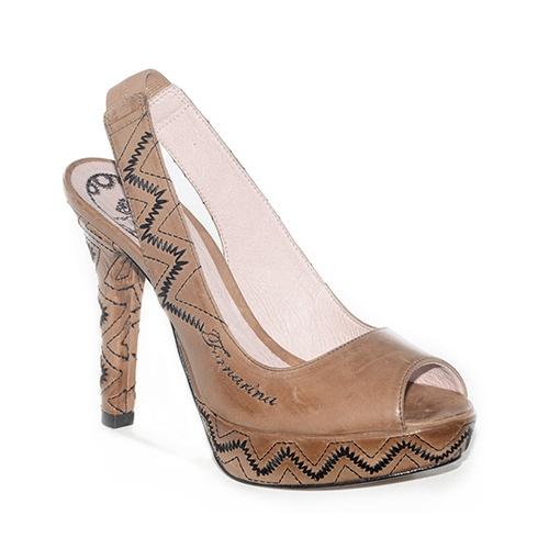 Chanel con tacco alto e plateau in pelle color cuoio sfumato.