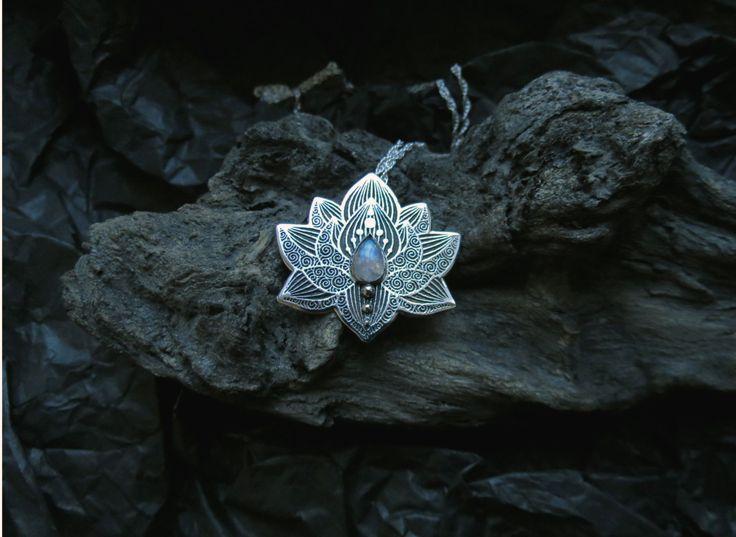 Lotus Pendant Water Lily Necklace Silver Flower door spaceweaver