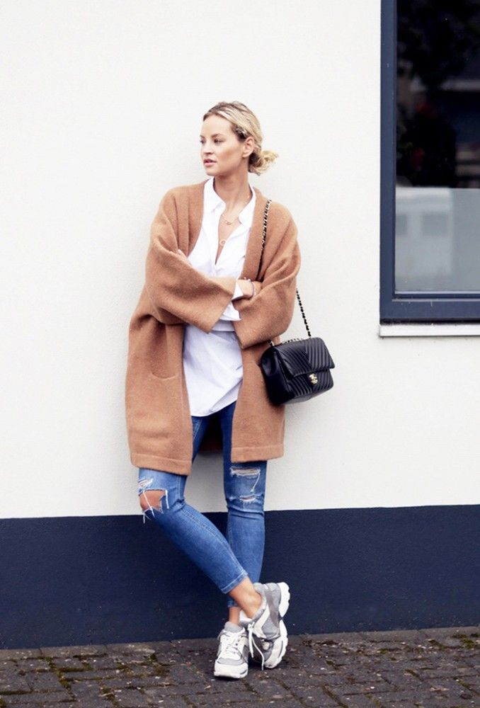 Camel coat paired with white button-down shirt and a Chanel flapbag. // #Streetstyle