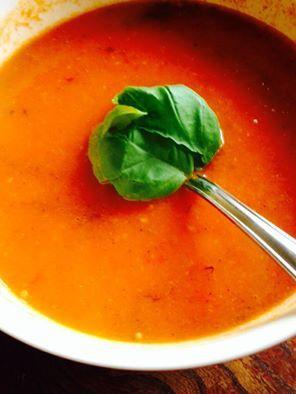 Recept voor pomodorisoep (tomatensoep) die je zelf kunt maken, zonder pakjes en zakjes. Met tomaat, paprika, bosui, knoflook en ras el hanout.