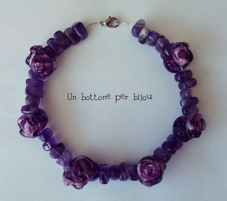 Collana/Girocollo con bottoni d'epoca di vetro viola e perle ametista su doppio cavetto di acciaio, by un bottone per bijou, 45,00 € su misshobby.com