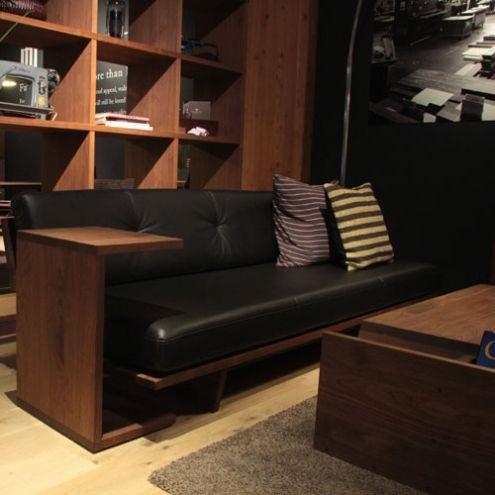 シンプルな木製のサイドテーブル。存在感は確かな物です。 高さは2種類で特に32cmの方はモアレスソファーとの相性も抜群です!マスターウォルオリジナルメンテナンスキットでお手入れをして頂ければ、一生付き合える家具です。 お求めの方はバリエーション欄から選択してください。