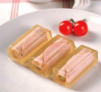 Ингредиенты:  Ветчина (ломтики) – 10 шт. Сыр сливочный – 150 г. Сыр твердый – 100 г. Свежий огурец – 1 шт. Чеснок - 1-2 зубчика. Горчица - 1 ч.л. Лук зеленый - несколько перьев. Желатин - 1 ст.л. Говядина с косточкой - 500 г. Морковь - 1 шт. Лук - 1 шт. Лавровый лист - 2-3 листика. Соль, черный перец горошком - по вкусу.