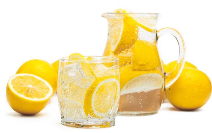 Du leidest an Symptomen der Schilddrüsenunterfunktion? Zitronenwasser kann dir helfen. Es reduziert Entzündungen, fördert die Verdauung und stärkt das Immunsystem.