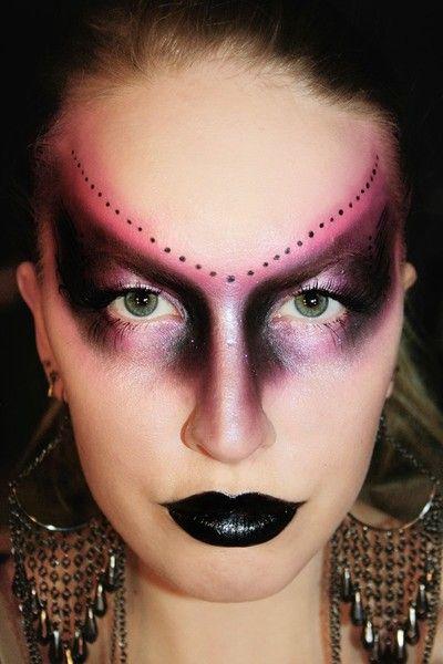 Dark queen http://www.makeupbee.com/look_Dark-queen_11590