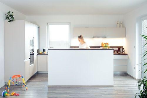 Dobře rozvržená a prostorná kuchyň je první rozměr luxusní kuchyně. Skvělá dispozice kuchyně, která je součástí obytného prostoru. Vše je v kuchyni po ruce. Dostatek světla ze dveří, kterými doslova vyklouznete z kuchyně na párty na terase. Množství zásuvek, úložných prostor a roletová skříňka v rohu u okna umožňují snadno udržovatelný pořádek a dovolí použití menších horních skříní, takže prostor působí vzdušně. Zvýšená zídka u ostrůvku krytá deskou v barvě pracovní desky účinně skrývá, co…