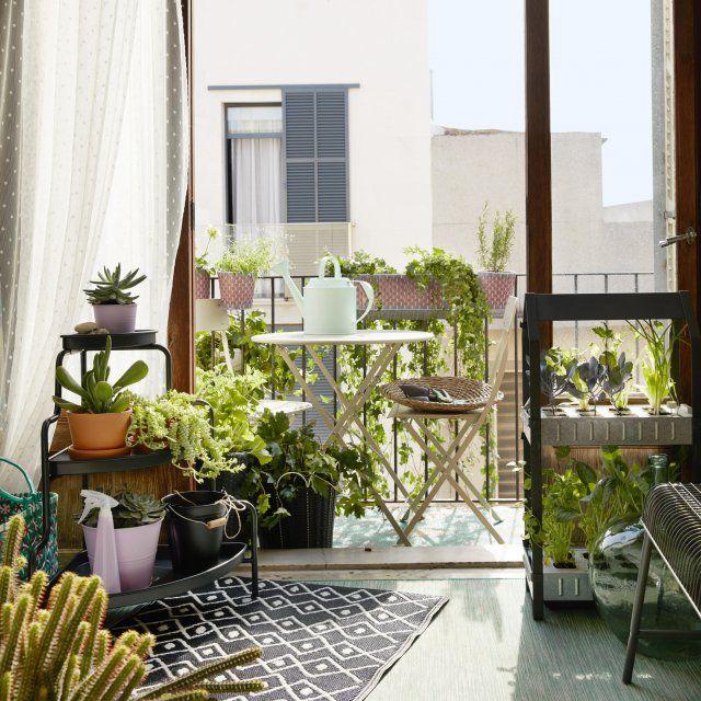 Sur le balcon, on installe la table et la chaise métalliques SALTHOLMEN chez IKEA. Pratiques, ils se plient facilement et ne prennent pas beaucoup de place.