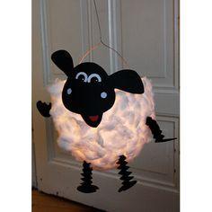 Schaap van een halve papier-mache ballon. Zou het ook met een lege melk 'jug' kunnen? Budget knutseltip van Speelgoedbank Amsterdam voor ouders en kinderen. Lekker samen een lampion knutselen en dan op 11-11 zingend langs de deuren.