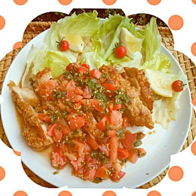 昨日、「ノンストップ」で紹介されてたお料理です(*^^*)早速作ってみました~( ≧∀≦)ノ トマトソースは、そのままでも美味しくて、最後まですすってしまいました(^∀^;) トマトとシソの組み合わせ、大好きだけど、鶏肉に組み合わせたのは、初めて(^_-)ニンニクも入って美味しい!(*^▽^*) カリカリに揚がった皮が、ソースでしんなりしちゃったけど、ソースが絡んで美味しい!(^○^) シソは、10枚たっぷり入れ、ソースも多目にかけました。夏には、さっぱり頂けるメニューです(^_^)v - 126件のもぐもぐ - 鶏の唐揚げフレッシュトマトソース♪ by berrymint