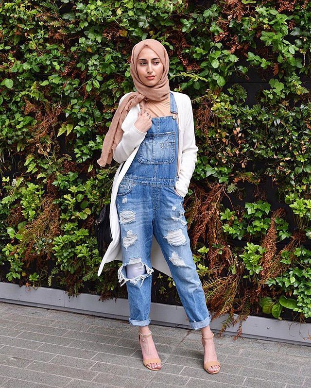 Don't know who I'm giving the eyes to tbh 👀 📸 @life_in_the_unknown  #hijabfashion #hijabmurah #chichijab #ootd #ootdsubmit #muslimahfashion #denim #denimstyles #muslimchamber