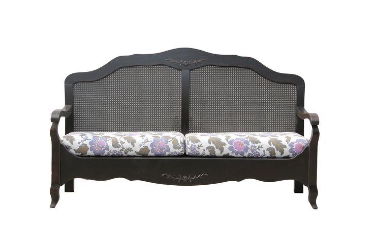 Элегантный двухместный диван в стиле Прованс выполнен из массива. Спинка дивана декорирована сетчатыми плетеными вставками, а ножки имеют изящную изогнутую форму. Большие мягкие сиденья с тканевой обивкой с оригинальным рисунком позволят комфортно проводить свободное время за прочтением книги или просмотром телепередач. Станет главным акцентом гостиной или дачной крытой веранды.