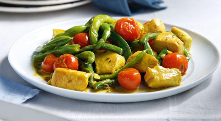 To κοτόπουλο γίνεται τρικολόρε με το κίτρινο του κουρκουμά, το πράσινο από τα φασολάκια και το κόκκινο της ντομάτας δημιουργώντας ένα πιάτο έξτρα γευστικό!