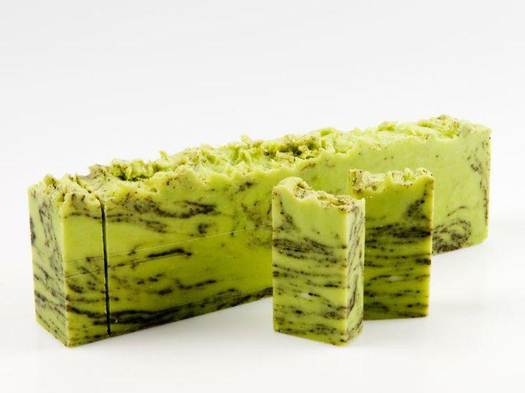Jabón de Té Verde La predilección de la cosmética por el té verde tiene sus razones. Ayuda a mantener una piel sana y posee un mayor poder antiedad, evita el desgaste de la piel y formación de arrugas, y repara los daños existentes.