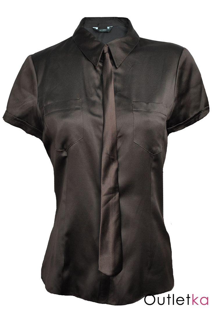 Bardzo modna w tym sezonie, elegancka bluzka z krawatem koloru bluzki typu śledzik (krawat jest odpinany). Bluzka zapinana na guziki, posiada kołnierzyk oraz dwie kieszonki z przodu. Dobra do pracy, jak i na imprezy okolicznościowe. Bluzka na zdjęciach mieni się od światła aparatu.