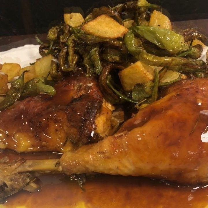 Pollo De Corral Al Horno Con Cebolla Ajos Guindilla Fondo De Pollo Y Vino Blanco Seco Horno 180 C Ventilador Con Patatas Y Piparras Food Chicken Meat