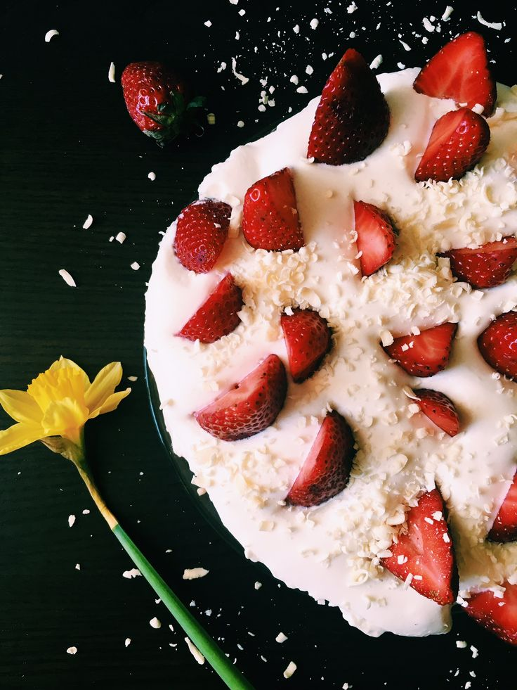 Quick cake with strawberries and white chocolate