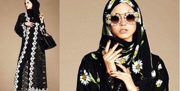 """Casa de modă italiană Dolce&Gabbana (D&G) a prezentat o colecție adresată femeilor musulmane, compusă din tunici, văluri și rochii lungi vaporoase, în tonuri neutre și imprimeuri geometrice sau înflorate, relatează EFE, citata de agerpres. Colecția, explică designerul italian Stefano Gabbana, se numește """"Abaya"""", de la numele tunicilor de culoare închisă..."""