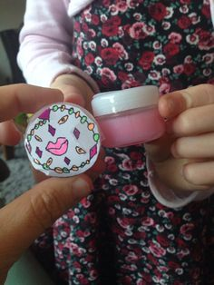 Mijn dochter van 8 jaar begint al net zo creatief te worden als ik, dus toen ze met de vraag kwam of ze zelf lipgloss mocht maken, was ik meteen enthousiast! Ze had dit op televisie gezien, het daa…