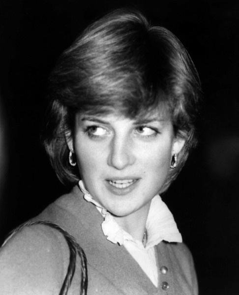 A 19 ans, la couronne britannique voit en elle une épouse parfaite pour le prinche Charles.Pour lassistante au jardin denfants « Young England », les choses vont saccélérer.