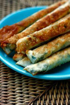 SIGARA BÖREK (TÜRKISCHE YUFKATEIG RÖLLCHEN MIT FETA) bei 225°C 20 min im Ofen, mit Öl eingepinselt (nächstes mal Eigelb+Öl zum bestreichen weniger viel Teig)