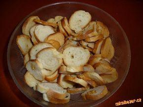 nevíte co s rohlíkama z předešlého dne ....nakrájte je na kolečka( tenké ),olej + nastrouhaný česnek...