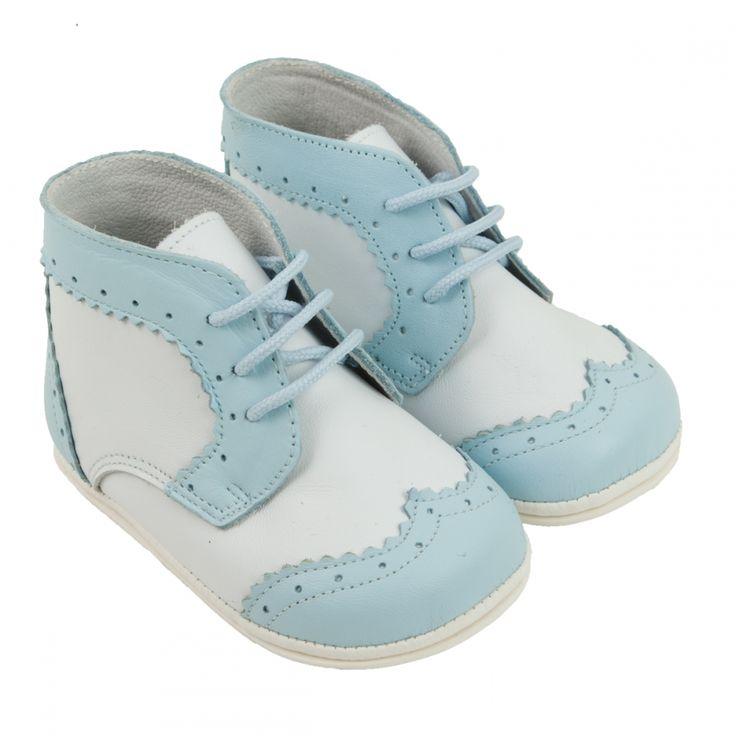 Klassieke Spaanse lederen babyschoentjes. Wit met lichtblauwe veter laarsjes. Brogue model.
