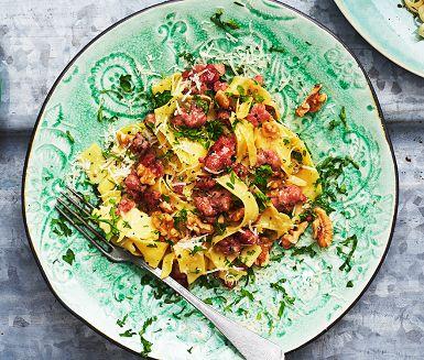 Den här pastarätten med färsk italiensk salsicciakorv, valnötter och parmesan är snabbfixad middagslyx. Men det går lika bra med vilka andra korvar som helst. Genom att använda lite av pastavattnet får rätten en krämigare konsistens. Supergott!