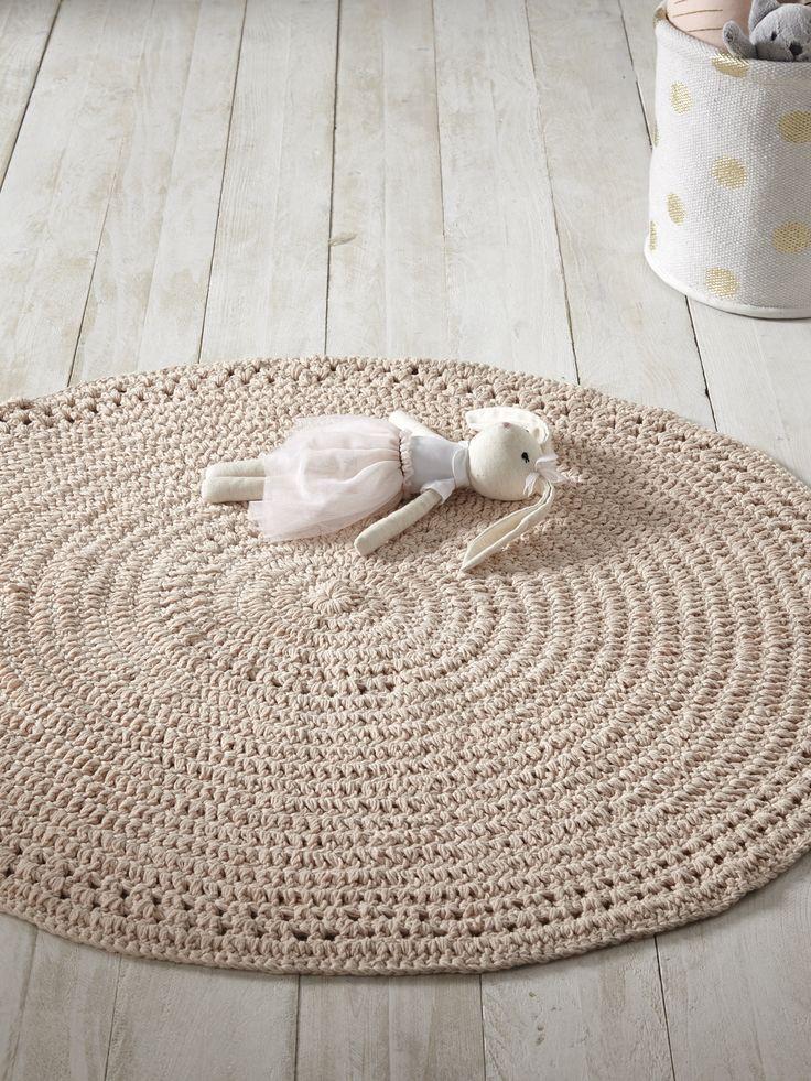 Le tapis rond au crochet s'inspire des codes d'autrefois pour offrir une déco des plus tendances. Détails Diam. 110 cm.  Matière 100% coton