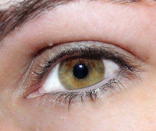 Göz kuru, rahatsız veya irite olduğunda, etrafında kırışıklıklar çıktığında ya da yüzdeki kaslar gergin ise gözün görünüşü değişir.